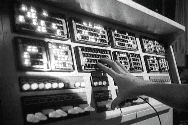 صداها در ابتدا اغواگر و جذاب بودند. اما امروز میتوانیم صدا در طراحی محصول را نوعی یو ایکس رایتینگ تلقی کنیم که بدون کلمات پیام را منتقل میکند.